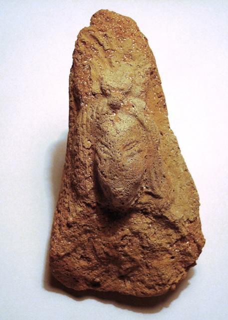 Fragment terakotové sašky bohyně Nany